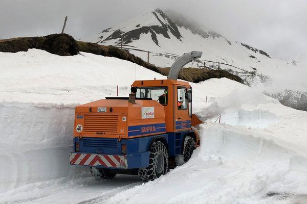 Les engins de déneigement ont repris du service lundi 9 avril, au Pas de Peyrol, dans le Cantal. Objectif : dégager cette route touristique et permettre l'accès des véhicules le 26 avril au plus tôt.
