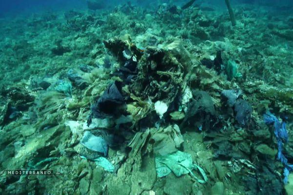 Accumulation de déchets dans les fonds-marins
