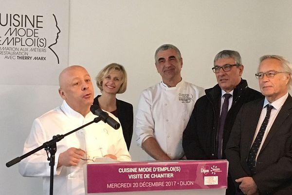 """A Dijon, Thierry Marx a visité le chantier de la 6e école """"Cuisine Mode d'emploi"""" en compagnie du maire François Rebsamen mercredi 20 décembre 2017."""