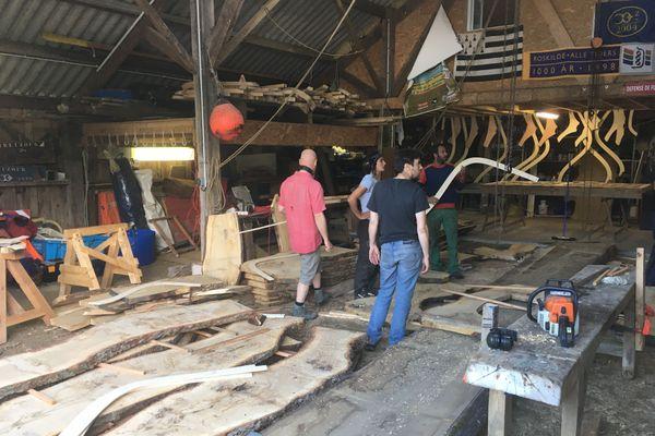 Les bénévoles de Treizour, l'association qui a été à l'origine du musée des bateaux de Douarnenez, découpent des plateaux de chêne pour construire une nouvelle chaloupe sardinière.