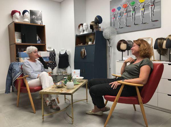 Autour d'un café, Valérie prend le temps d'écouter Annick, avant de la conseiller sur sa lingerie.
