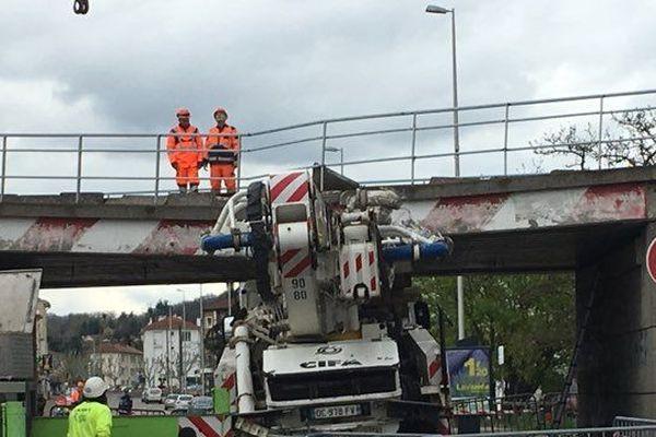Un camion percute un pont à Péage de Roussillon (Isère). Le conducteur est décédé et le trafic ferroviaire fortement impacté.