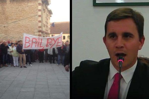 A gauche, les manifestants contre la politique menée par le maire de Ouistreham. A droite, Romain bail lors du conseil municipal de lundi soir (Capture Youtube)