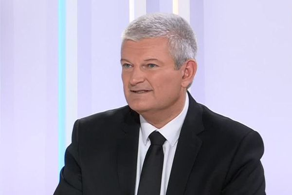 Olivier Falorni, député de Charente-Maritime sur le plateau de France 3 Poitou-Charentes pour l'émission Dimanche en Politique.