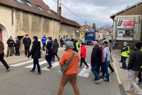 Excédés par le trafic routier sur la RN83, les riverains ont organisé une action de protestation ce samedi 13 mars.