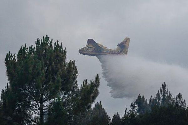 Les Canadair en action à Saint-Jean-d'Illac ont dû se détourner sur l'incendie de Naujac