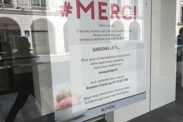 """Vitrine du magasin """"Phildar"""" annonçant sa fermeture définitive le samedi 26 septembre dernier."""