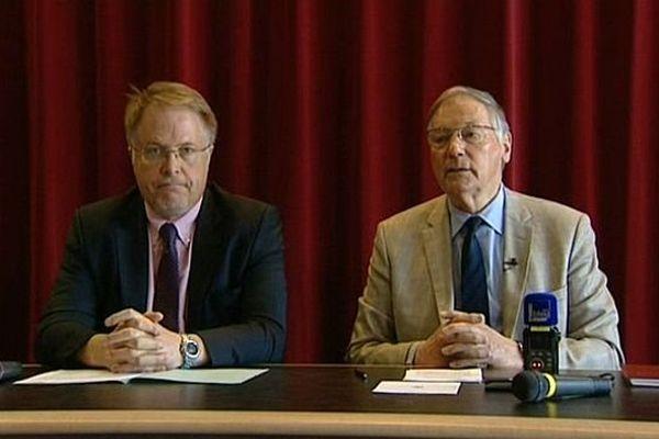 Jean Esmonin (à droite) cède son fauteuil de maire de Chenôve en Côte-d'Or à son premier adjoint Thierry Falconnet (à gauche).