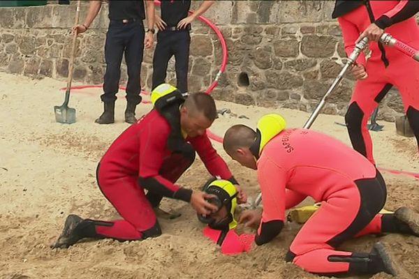 L'opération nécessite l'intervention de trois hommes.