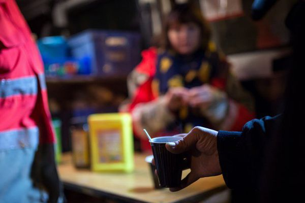 Image d'illusatrion. Une personne tient un café donné par la Croix Rouge de Tours (décembre 2016)