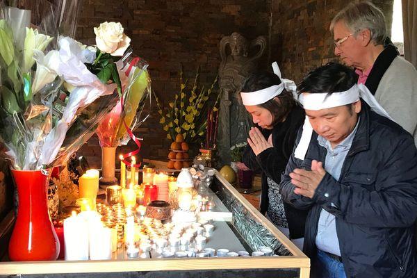 La cérémonie permet aux proches et aux personnes ayant aidé la famille de se recueillir.