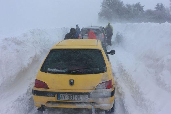 Des automobilistes se sont retrouvés bloqués sur la route vers le col du Guéry dans le Puy-de-Dôme.