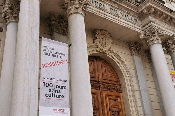 Des banderoles ont été installées sur la façade de l'hôtel de ville le 7 février