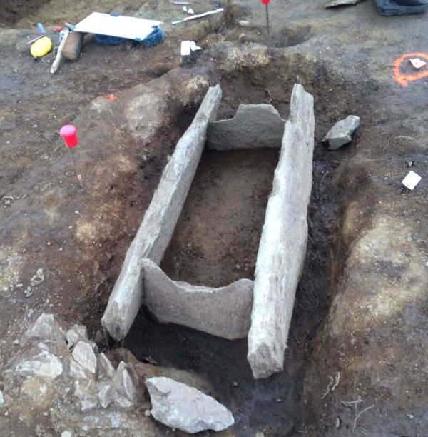 Des coffres constitués de dalles de pierre pour ces tombes de l'âge du bronze