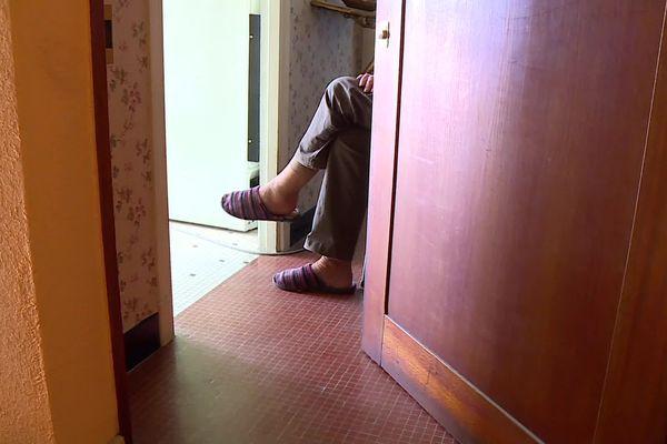 Certains écoutent derrière leur porte, d'autres s'installent sur le palier
