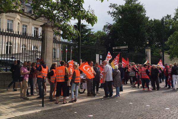 A Epernay, ils sont une centaine rassemblés devant la mairie ce 22 mai.