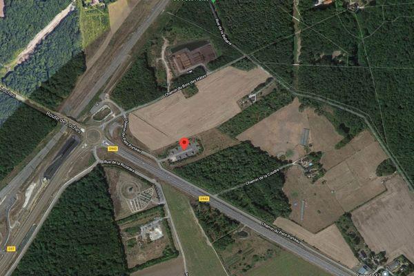 L'aire d'accueil de Chambray-lès-Tours se trouve à l'intersection de la D37, de la D943 et la ligne TGV Tours-Bordeaux