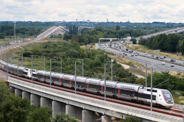 TGV ATLANTIQUE : Autoroute A10 Passage d'un TGV OCEANE à proximité de Cubzac les Pont après le Viaduc de la Dordogne • © David Thierry Maxppp