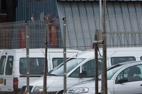Les grilles du centre de rétention administrative de Nîmes.