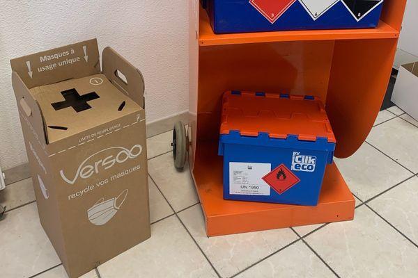 Le dispositif de la boite à masques permet de collecter les masques à usage unique et de les recycler.