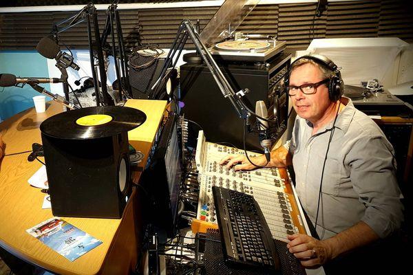 Jean-Claude Saint-Pol est fondateur, rédacteur en chef adjoint et animateur de Radio Mercure.