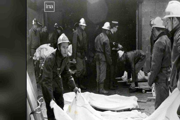 """Les pompiers recouvrent les cadavres d'un linceul après le tragique incendie survenu au """"5-7"""""""