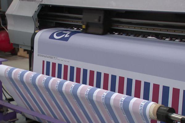 Ce tissu spécial anti-virus va être transformé en rideaux pour isoloirs électoraux par l'entreprise drômoise Manufêtes