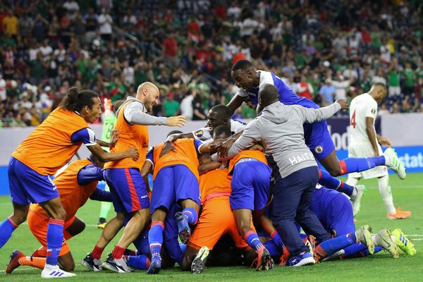 Sébastien Lopez Guia exulte, au coup de sifflet final, au milieu des joueurs haïtiens