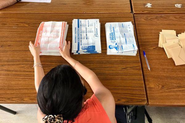 Le dépouillement des votes est en train d'être effectué dans un bureau de Carcassonne ce dimanche 27 juin.