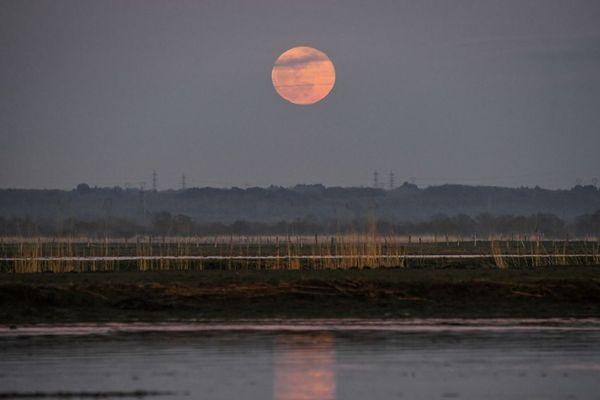 La Super Lune, super lumineuse, sera visible partout dans la région toute la nuit.