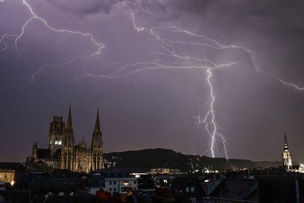 Eclairs dans le ciel de Rouen lors de l'orage du jeudi 25 juillet 2019 en début de soirée