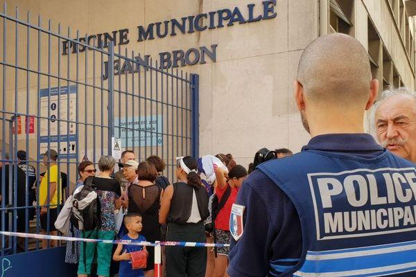 Il faut patienter une demie-heure devant la piscine Jean-Bron de Grenoble avant de pouvoir entrer.