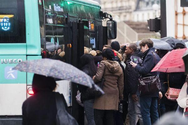 Des voyageurs franciliens tentent de rentrer dans un bus, lundi 9 décembre (illustration).