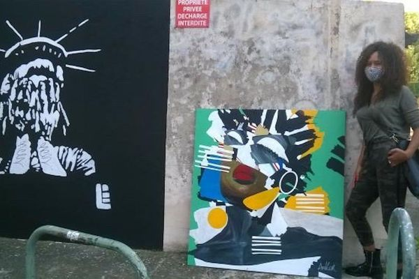 Ankor aux côtés d'une de ses oeuvres déposée près d'un graff de Loïc L, artiste de Street Art (Photo DR)