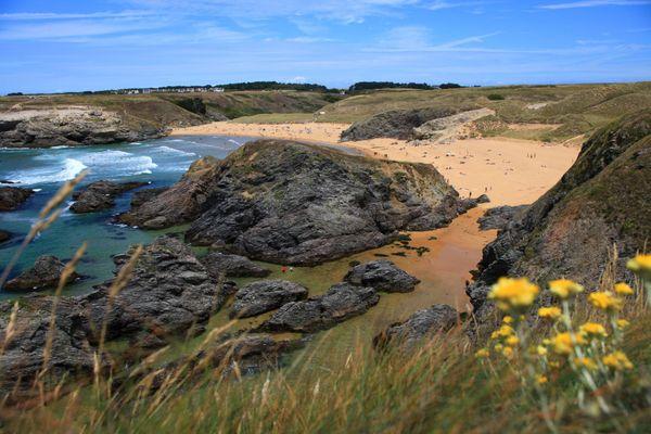 Située sur la côte sauvage de Belle-Ile-en-Mer, la plage de Donnant se prête tant à la baignade qu'au surf et au body-board. Bordée de dunes, son anse a séduit à la fin des années 40 l'actrice Arletty qui y acheta une maison.
