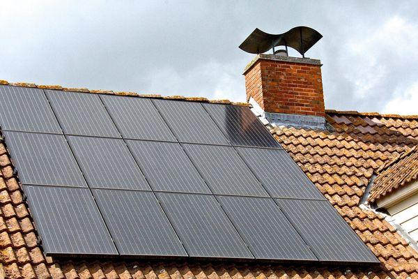 Dispositifs énergétiques à base de capteurs solaires, les panneaux photovoltaïques convertissent le rayonnement solaire en énergie thermique ou électrique.