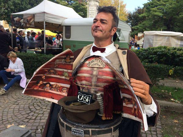 Un artiste italien croisé dans une rue, s'offrait à cœur ouvert au public du Festival de marionnettes en 2017.