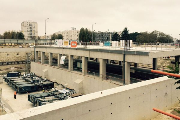 une opération de ripage a eu lieu lundi matin à la gare de Noisy-Champs dans le cadre des travaux du Grand Paris Express