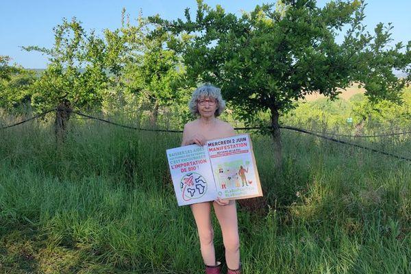 Irène Carrasco, prunicultrice du Lot-et-Garonne (47) se met à nu pour protester contre la baisse des aides pour l'agriculture bio.
