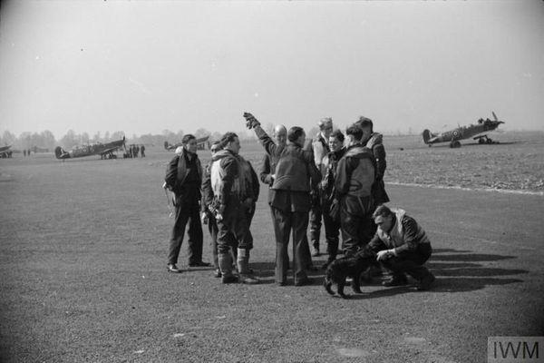 Des pilotes de Spitfire du 64 Squadron sur la base aérienne d'Hornchurch (photo non datée).