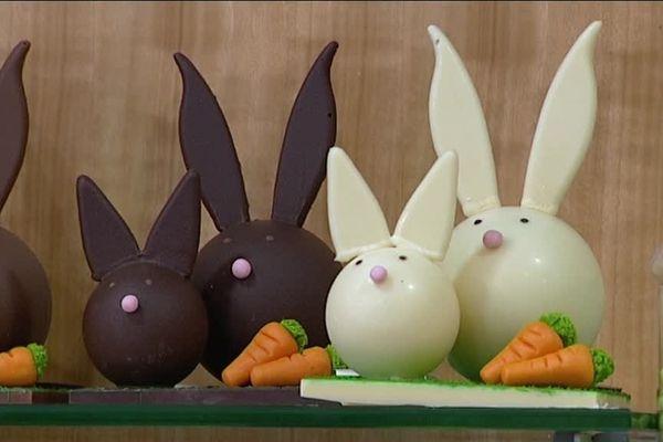 En cette période de confinement, la chocolaterie Roussel à Dieppe livre ses clients à domicile pour sauver les fêtes de Pâques.