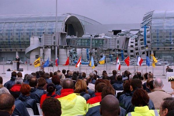 600 personnes rassemblées le 2 juin 2004 devant les décombres du terminal 2E de l'aéroport de Roissy, lors d'une cérémonie en hommage aux victimes de l'accident.