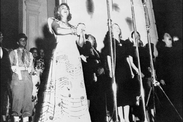 Grace Moore chante la Marseillaise lors du premier Festival de Cannes, en septembre 1946.