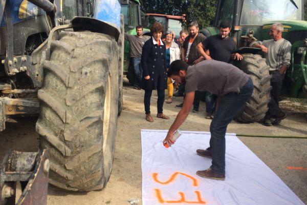 Pour leur action, les agriculteurs de l'AMELAZA ont choisi un chemin, en bordure d'une parcelle abandonnée après un conflit avec les occupants.