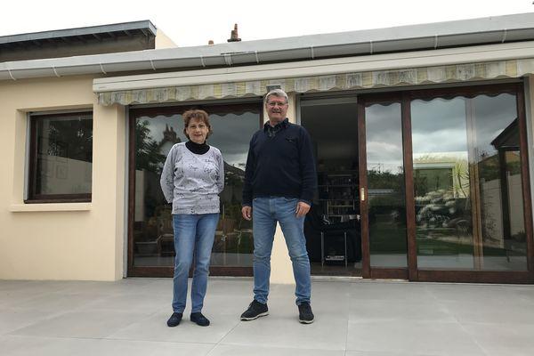 Catherine et René De Pierrefeu devant l'extension dont ils ont fait blanchir le toit.