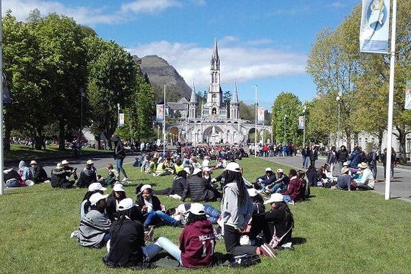 """8000 jeunes venus de la région parisienne sont rassemblés à Lourdes pour le """"Frat""""."""
