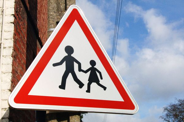 Un panneau de signalisation implanté à côté d'une école. Photo d'illustration.