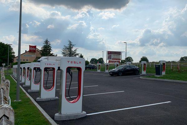 Des bornes de la marque Tesla ont déjà été installées sur le parking de l'hôtel Ibis d'Avallon.