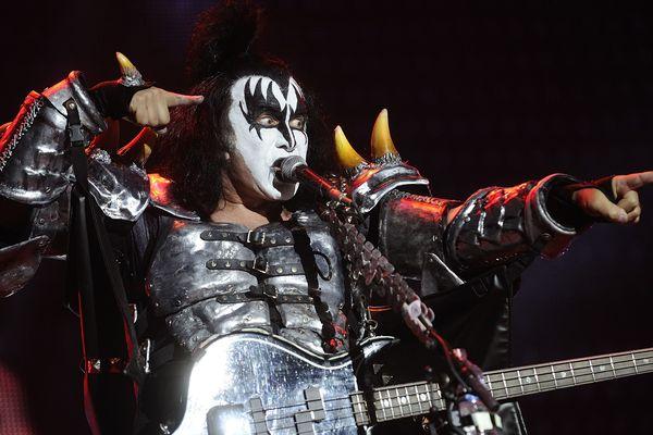 """Gene Simmons - alias """"The Demon"""" - crache du faux sang sur scène depuis des décennies et ne semble pas s'en lasser !"""