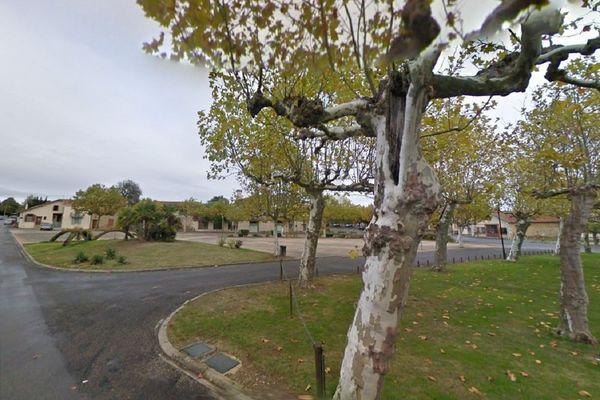 La voiture de la victime a percuté un des platanes de la place du Foirail à Boulogne-sur-Gesse.